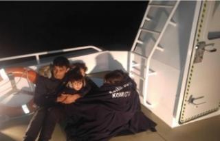 Sahil güvenlik, yarı batık bottaki baba ve 4 çocuğunu...