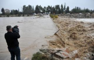 Antalya'da sağanak hayatı olumsuz etkiledi