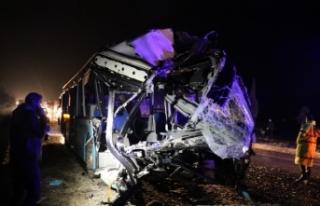 Otobüsle kamyon çarpıştı... Çok sayıda ölü...
