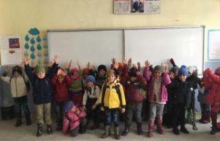 AK Partili kadınlar ördü, çocukların yüzü güldü