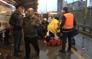 Son dakika: İstanbul'da metrobüs yolcuya çarptı!.....