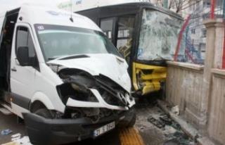 Diyarbakır'da otobüs ile servis minibüsü çarpıştı!