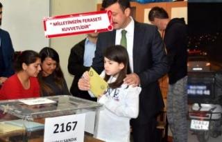 AK Partili Hamza Dağ, sandığa kızlarıyla geldi