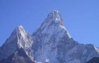 Everest'te buzlar eridi, cesetler ortaya çıktı