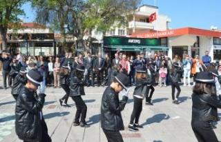 Foça'da geleneksel çocuk oyunları şenliği