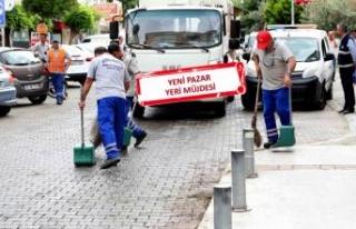 Bayraklı sokaklarında bahar temizliği
