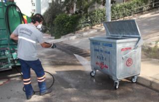 Karabağlar'da konteynerler temizleniyor