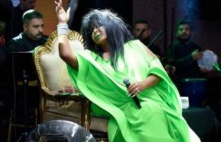 Diva sahnede sinirlenince ağzına geleni söyledi!