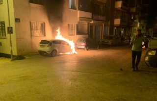 Menemen'de park halindeki otomobil yandı