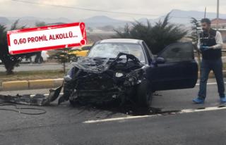 Otomobil durakta bekleyen yolculara çarptı: 3 kişi...