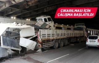 İzmir'de dorsesinde kamyon taşıyan tır, alt...