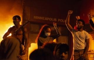 Minneapolis'te göstericiler polis merkezini...
