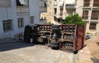 İzmir Konak'ta kamyon rampa çıktığı sırada...