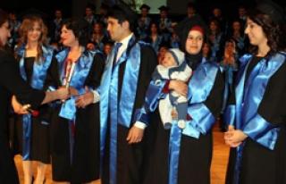 Bir Elinde Çocuğu, Bir Elinde Diploması