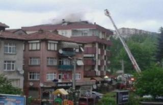 Binanın Çatısında Yangın Korkuttu