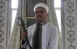 Bu Camide İmam Hutbeyi Kılıçla Okuyor