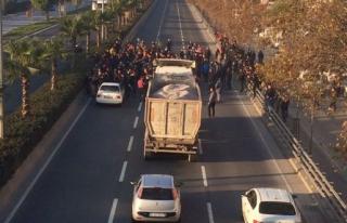 Bornova'da Pazarcılar Yol Kapattı