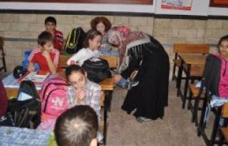 Engelli Kızı İçin Okuldan Ayrılmıyor