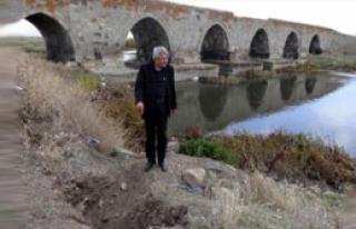 381 Yıllık Köprü, Definecilerin Hedefi Oldu