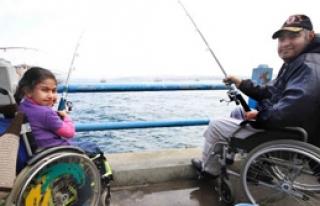 Engelliler Balık Tutarak Stres Attı