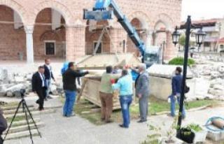 İznik'te Bulunan 1800 Yıllık Lahitin Kapağı Vinçle...