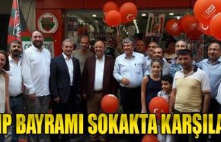 CHP Bayramı Sokakta Karşıladı
