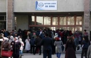 Adaylar Sınavda, Aileler Bahçede Ter Döktü