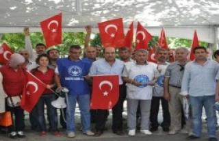 Türk Bayrağı'nın İndirilmesi Protesto Edildi