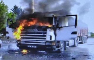 Akaryakıt İstasyonunda TIR'da Korkutan Yangın