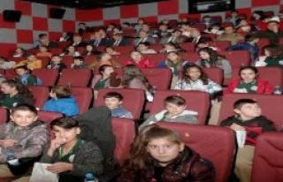 242 Öğrenci Sinemaya Götürüldü