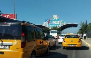Antalya Havalimanı Yolunda Araç Kuyruğu