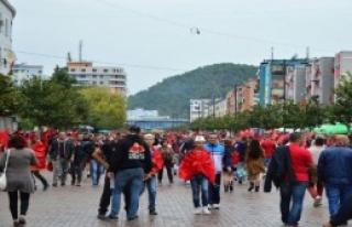 Elbasan Kırmızı-Siyaha Büründü