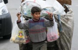 Suriyeli Çocuğun Yükü Dünyadan Ağır