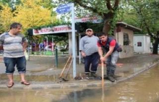 Başkan Badem Su Basan Yerleri İnceledi