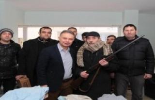 Türkmenlere Tüfeğini Göndermek İstedi