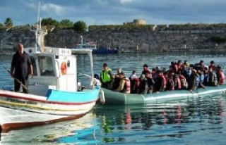 Botu Sürüklenen Kaçakları Balıkçılar Kurtardı