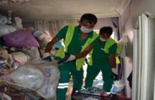 Bursa'da Bir Evden 3 Kamyon Çöp Çıktı
