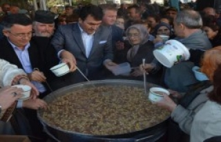 Bursalı Başkan, Bulgaristan'da Papazla Aşure Dağıttı