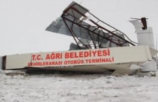 Buzda Kayan Otobüs, Otogar Kapısını Yıktı