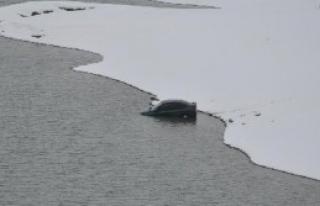 Buzlu Yolda Kayan Otomobil Baraja Düştü