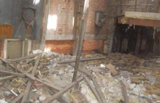 İzmir'de Tadilat Yapılan Bina Çöktü: 3 Yaralı