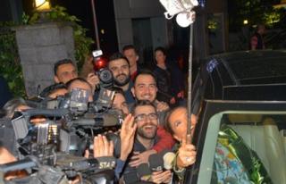 Gazetecilerle Selfie Yaptı