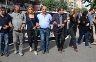 Diyarbakır'da Gerginlik: 1'i Polis 2 Yaralı
