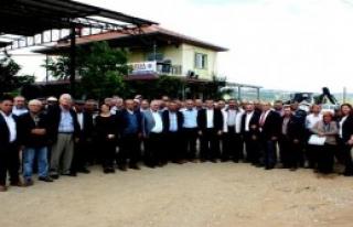 CHP'li Özel Üzüm Bağlarını Gezdi