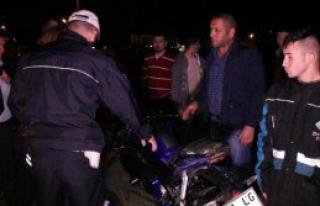 Kamyonet, Motosikletle Çarpıştı: 2 Yaralı