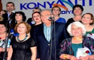Deniz Baykal, Kadınlar Korosuyla Şarkı Söyledi