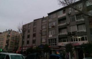 Çatıya Çıkıp Sokağa Kiremit Fırlattı