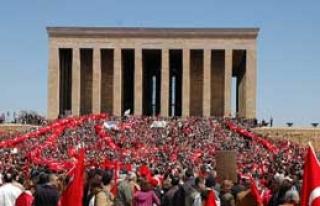 Devlet Erkanı Atatürk'ü Andı