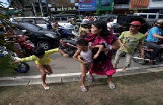 Endonezya sallanıyor 8.7- 8.3. 8.2