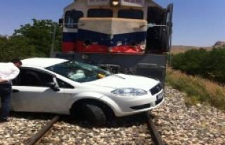 Elazığ'da Lokomotif Otomobile Çarptı